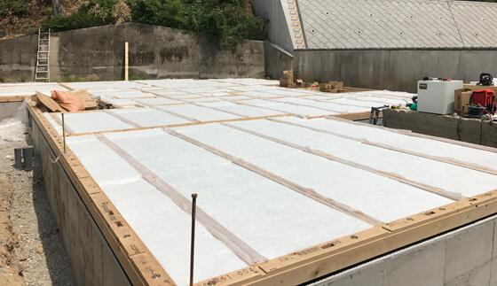 土台のあとは、高性能の床下断熱材「アクリアUボードピンレス」を大引き・土台にタッカー針などで留めていきます
