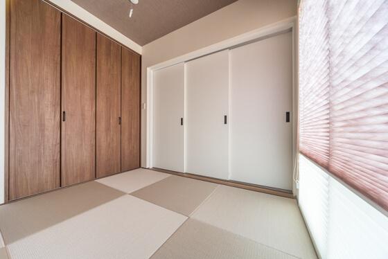 畳はダイケンの清流シリーズから灰桜色を選定。カラーは1色なのですが、半帖畳にして、畳の目の方向を変えるだけでも、このように違った印象になります