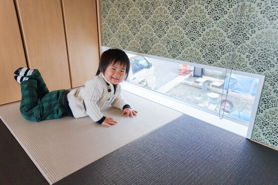 和室に設けた地窓は透明ガラス。高台にあるのと、足元にある窓なので外からの目線は気にならないかなということで、景色が見れる窓にしたのですが、大成功だったようです