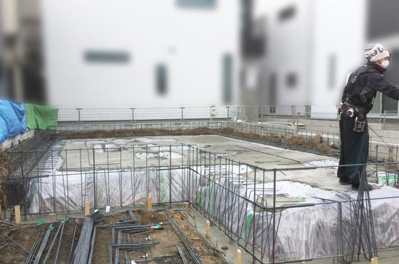 「防湿シート」を敷いて「捨てコンクリート」を打設、定められたピッチ(間隔)で鉄筋を組んでいきます。