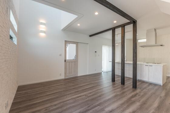 床材はLIXILの商品。ラシッサD.フロア(フロアオーク柄)です。アッシュ系のフロアですが淡い色でまとまったお部屋にとても合ってますね