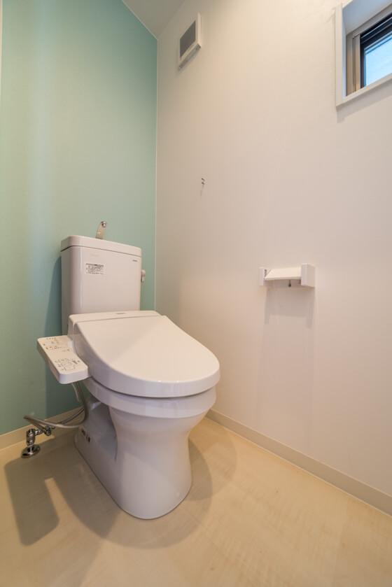 こちらは2階のトイレ。アクセントクロスはサンゲツ(RE-2522)。ブルーで爽やかに フロアタイルはシカモア(WD-357)