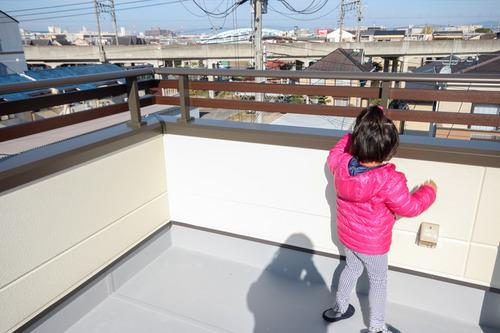 手摺は、山田産業の横角格子 WOODタイプ