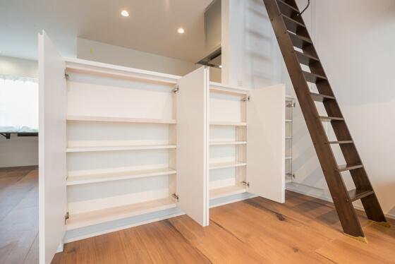 リビング収納を開けるとそこには「造作の可動式収納棚」。