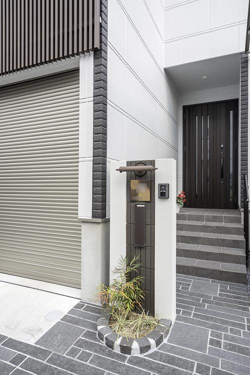 門柱はコンクリートブロックを積み上げ、ホワイトカラーのベルアートで塗装