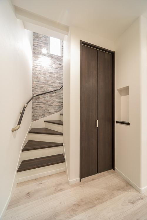 1階から2階に上がる階段にはロールスクリーンを取付するためのBOX