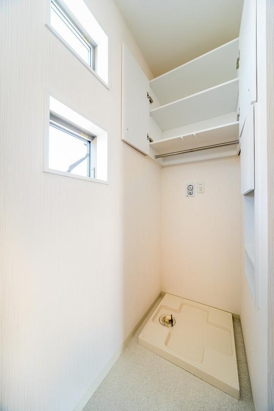 扉を開けるとこのように2段に分かれた収納と、タオルやハンガーなど「一時掛け」に使えるハンガーパイプが設置されております