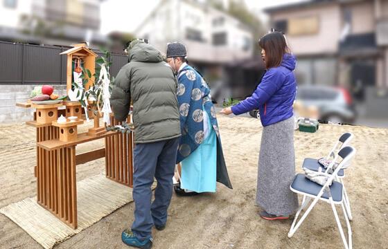 玉串奉奠(たまぐしほうてん)の前に神職様から授け方を習い、つづいて、神様に玉串を奉り拝礼