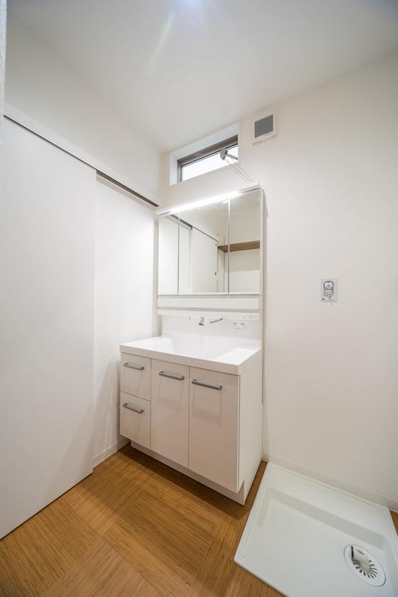洗面室壁と天井は白色で統一。床は『籐』のフロアタイルを選ばれ、清潔感のある落ち着いた雰囲気に仕上がりました