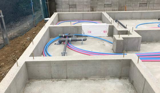 下水管の仕込み。逆勾配にならないように、角度をつけ慎重に配管します