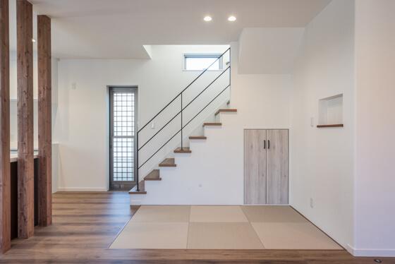 キッチン横の畳コーナーは、まだちっちゃいH君も安心して遊ばせられるように あえて小上がりにはせず、LDKの床とフラットに仕上げました!畳はダイケンの半帖畳「清流」の灰桜色を市松に見えるよう配置。