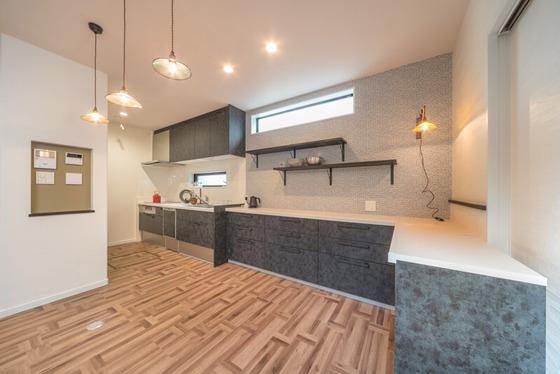 キッチンは壁付けにしてL型に配列