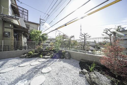 掘り込みガレージの上は、日本庭園