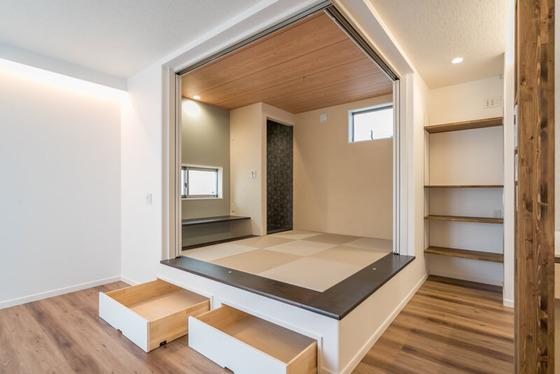 小上がりの段差を利用して引出し収納を2箇所設置。引出し自体の幅・奥行き・高さとも十分なゆとりを確保。