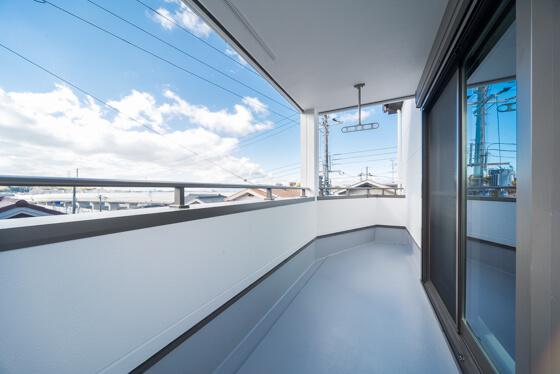 バルコニーは1階の出幅と合わせて計画