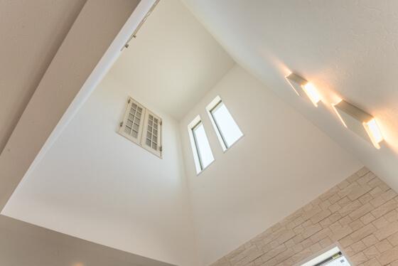 2帖サイズの吹き抜け空間。リビング上部にもうけました。室内窓は吹き抜けに面して子供室に2ヶ所。