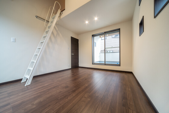 床は、リクシルの「ラシッサD フロア(クリエモカカラー)」。扉はもリクシル「ウッディライン(クリエダークカラー)」。窓枠も同色のクリエダークでそろえられました。