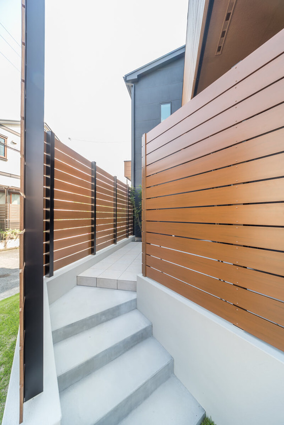庭スペースの目隠しはEXTILEのアーバンフェンス。耐水性・耐候性に優れたPS発泡樹脂を採用しており、色褪せしにくい!腐食しない!カラーバリエーション豊富!