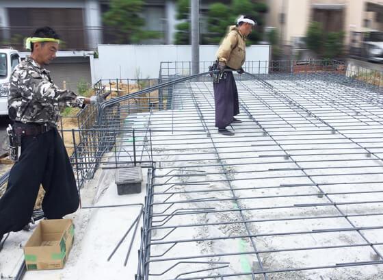基礎の鉄筋を施工する際には、鉄筋が錆びて強度が落ちないように、鉄筋を覆うコンクリートの厚みが決められています。