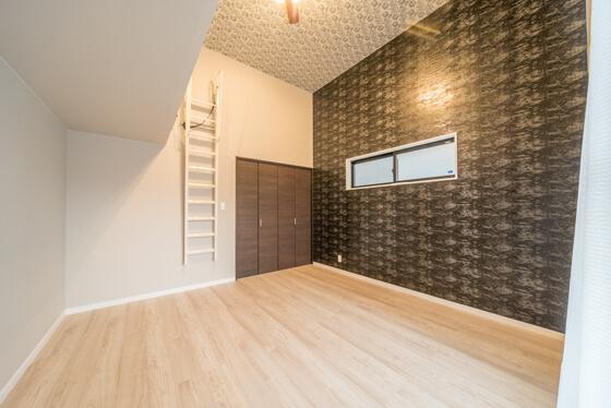「天井が高いですね~」。高天井の寝室です。アクセントクロスは、サンゲツのリザーブ(RE-2650)。