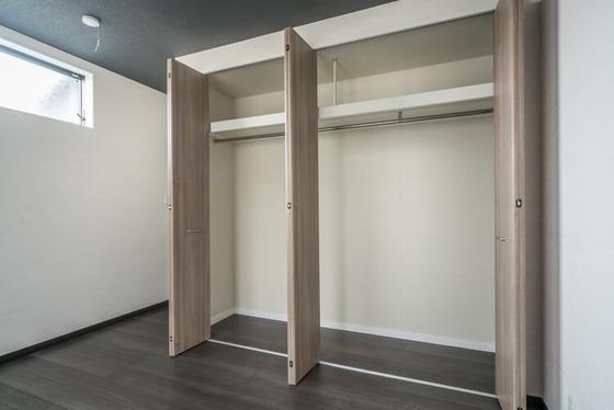 間口が広い収納は、ウォークインクローゼットの「歩くためのスペース」を寝室の居室空間に出したイメージ。