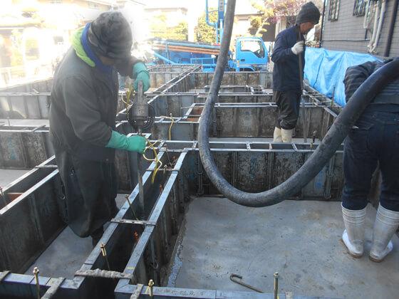 基礎業者さんが持っているのは、コンクリートバイブレーターといい、コンクリート内部に空気が混入し空洞ができるのを防ぐための機械