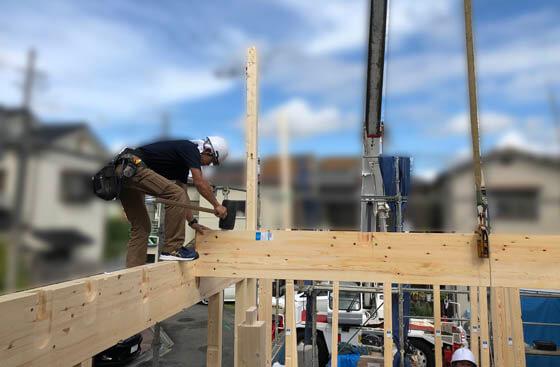 豊永棟梁が2階の床を支える梁を組み込んでいきます。