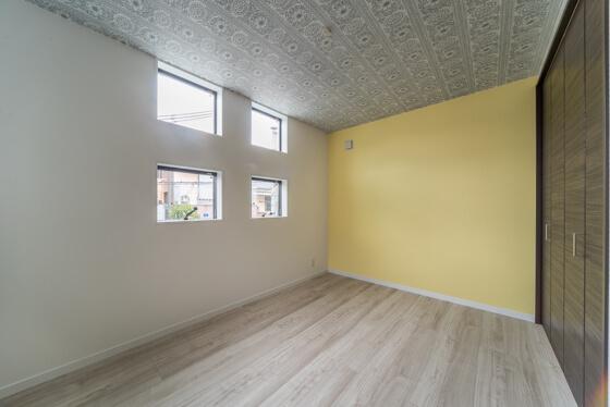 イエローをアクセントに、フラワー模様の壁紙を天井に・・・斬新ですね