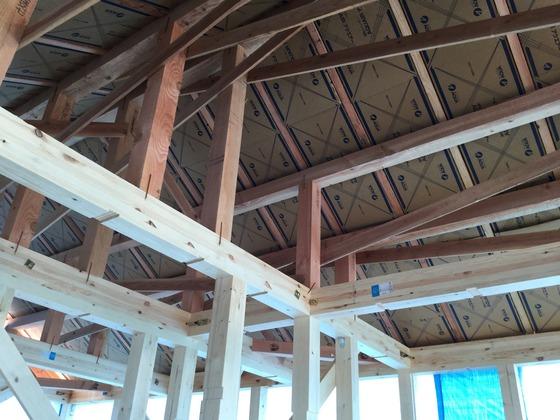 家の中から見上げた屋根 アクアフォームの通気スペーサーが見えています