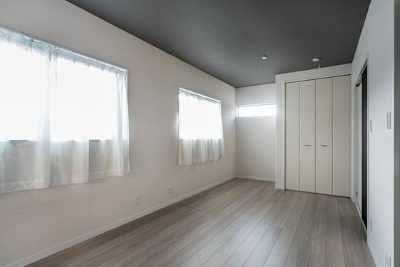 クローゼット横の窓は隣地と視線が合いにくいように、横スベリ窓でスリット状の窓を計画。