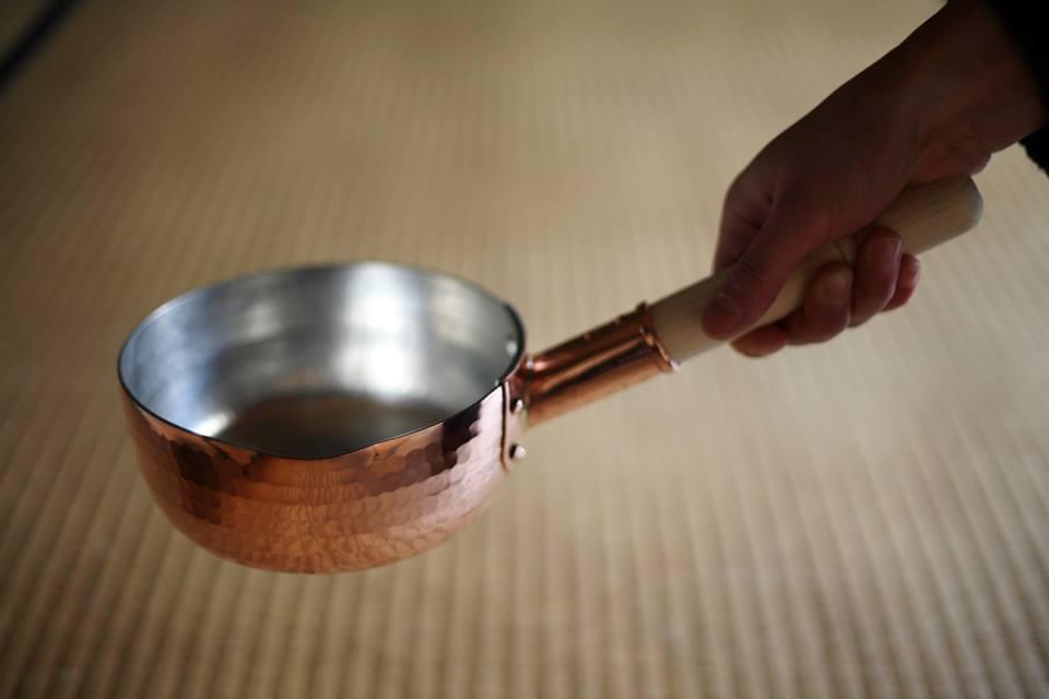 職人.comブログとにかく沸くのが早い銅鍋です。ぜひ一生モノの道具として、中村銅器製作所の銅製行平鍋をお使いください。