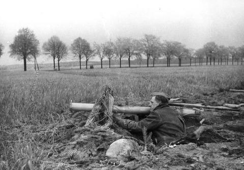 Berlin,_Volkssturm_mit_Panzerabwehrwaffe