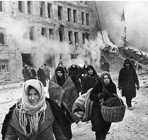 爆撃を受け避難する市民