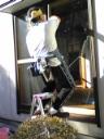 窓ガラス掃除中のたかはし