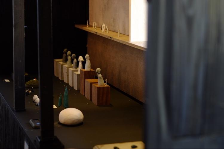 アリィの冬と夏での八窪章吾の展示風景
