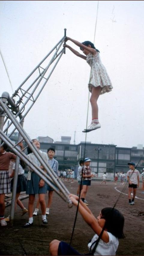 【画像】昭和の遊具がヤバすぎる これクソガキ処刑機だろwwwwww