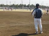 選手たちを見つめる大倉監督
