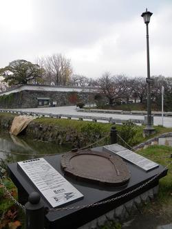 平和台球場記念碑と城跡