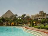 プールとピラミッド