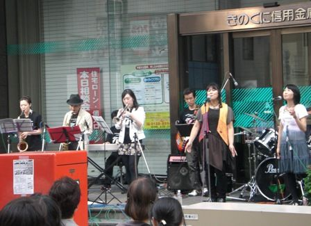 ぶらくりスイング2011、本町通りで演奏するジャズバンド