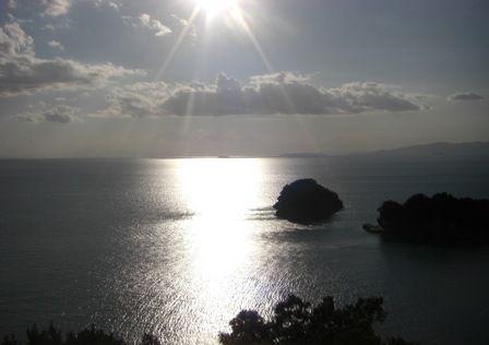 雑賀崎の灯台から見た、夕日に照らされる和歌浦湾