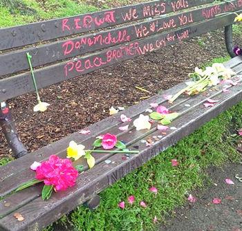 カート・コバーンの墓_公園のベンチ