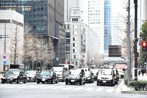 【罰則】渋滞時・信号待ち時のオートバイのすり抜け行為、実はヤバかった → 衝撃の事実・・・