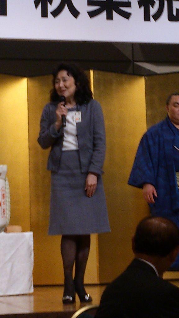 DSC_1627 阿川泰子さんが突然指名されてご挨拶。ピンボケ失礼三月の大阪場所は、別名「就職場