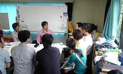 受講生に手話指導をしている花井講師