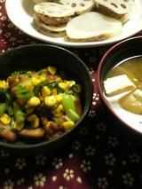 菜っ葉と唐揚げとコーンの炒め物