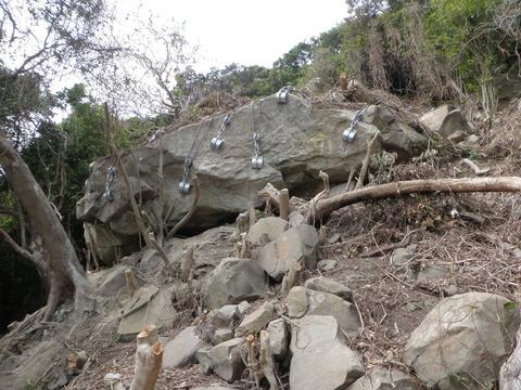 長野県震度5強の影響で木曽町の道路に落石があり、宿泊客50人が孤立!