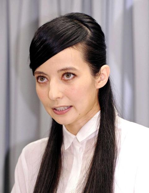 ベッキーさんが宝島社の新聞広告で「背中ヌード」を披露