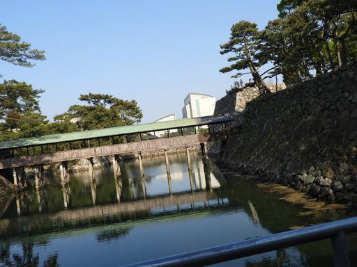 四国 128高松築港駅ホームから高松城内堀と鞘橋
