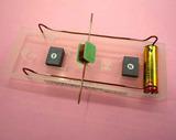 電磁石と永久磁石が反発し続ける様子を観察しよう